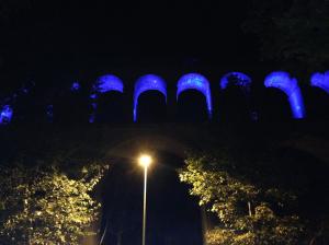 Aquädukt in blau
