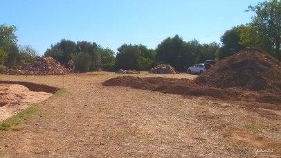 Steine und Erde der Ausgrabung Can Jordi