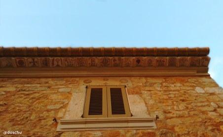 bemalte Dachschindeln an Haus in Santanyí, Mallorca