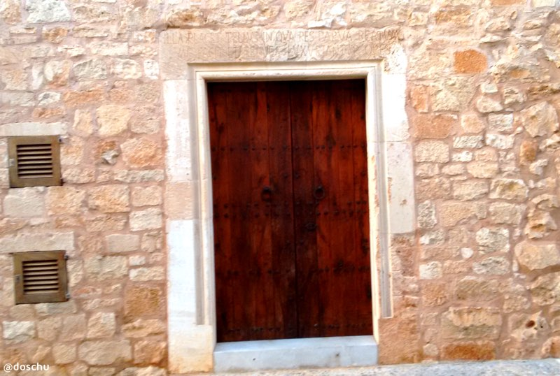 Hauseingang Santanyí Mallorca Lateinspruch