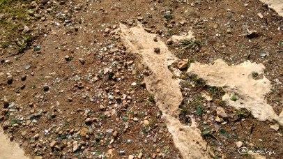 Ein Stein inmitten von Glasscherben
