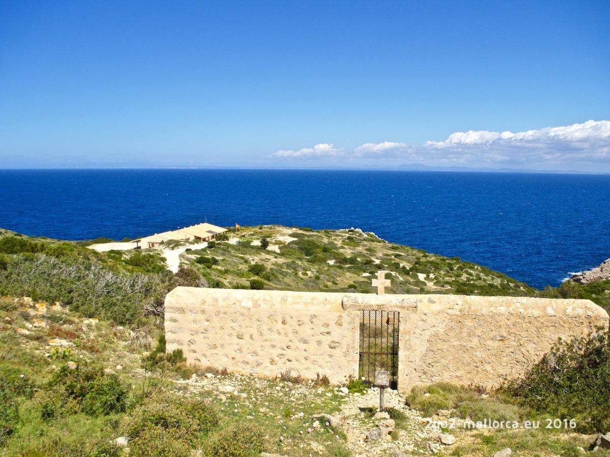 Friedhof von Cabrera mit Blick auf Mallorca