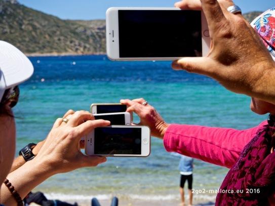 Ein normales Bild - 4 Handies beim fotografieren