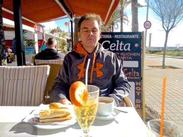 Stärkung tut Not - Kaffee und Bocadillo am Strand