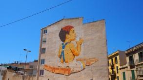 Mit dem Zug vorbei am Mural in Palma
