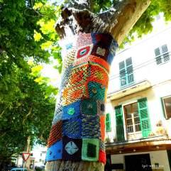 Farbfreudiges Yarn Bombing in Sóller