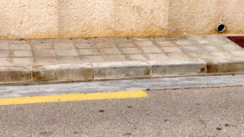 Strassenmarkierung Mallorca gelber Streifen