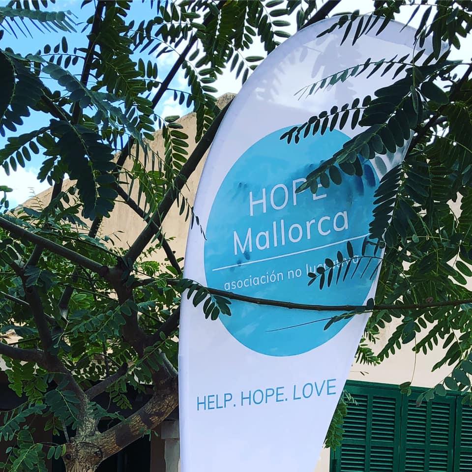 Flag HOPE Mallorca vor der Verteilstelle in Santanyí